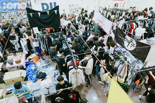 Tắc kín mọi lối đi, nhích từng bước trong hội chợ thời trang đình đám ở Hà Nội