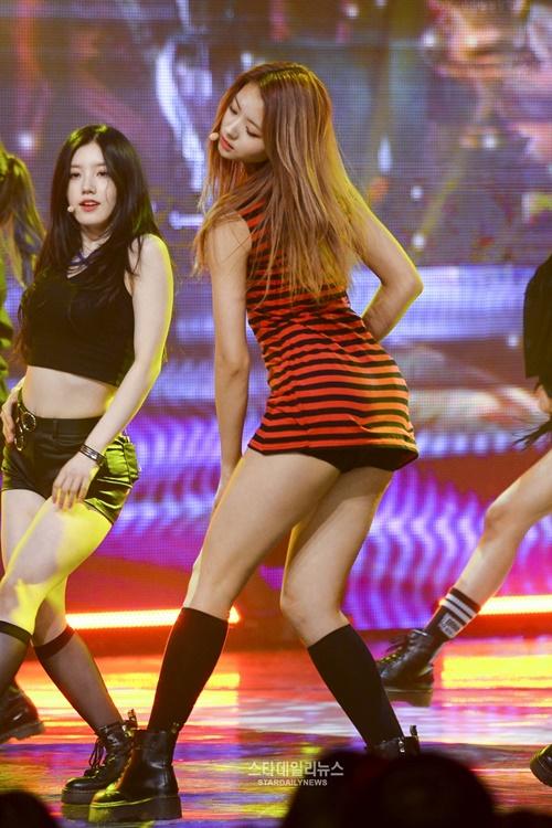 Những bộ váy ngắn cũn khiến khán giả đỏ mặt của idol nữ Kpop - 8