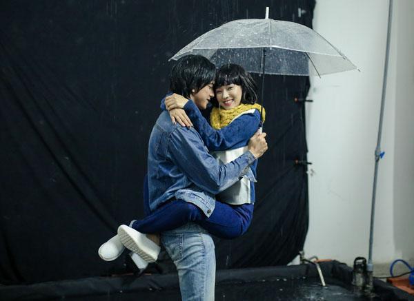 Yến Chibi được hot boy Tháng năm rực rỡ nhấc bổng, hôn sâu dưới mưa - 3