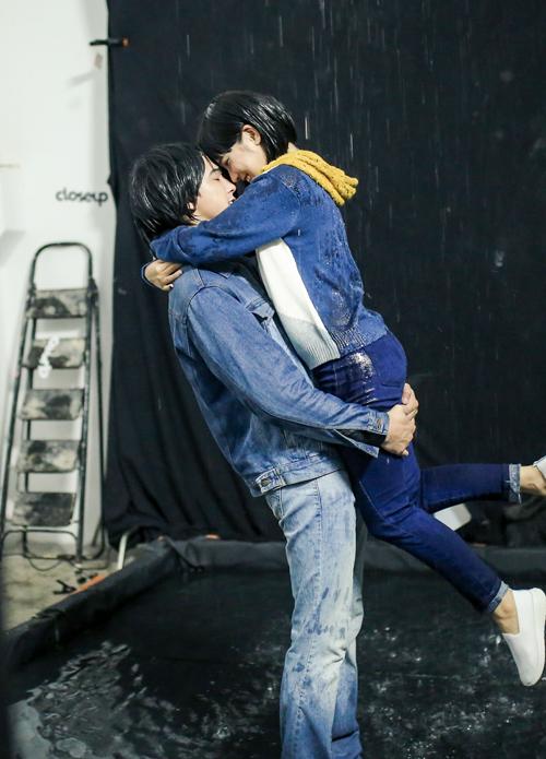 Yến Chibi được hot boy Tháng năm rực rỡ nhấc bổng, hôn sâu dưới mưa - 4