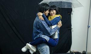 Yến Chibi được hot boy 'Tháng năm rực rỡ' nhấc bổng, hôn sâu dưới mưa