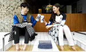 Các cô gái thích thú thuê 'ộp pa' dắt đi du lịch khắp Hàn Quốc
