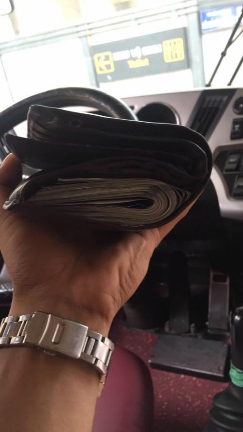 Chiếc ví da anh Bách nhặt được trên xe.