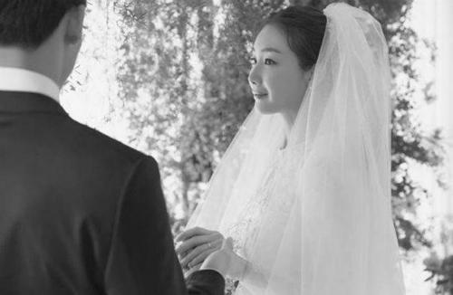 Chồng của Choi Ji Woo cao ráo, đẹp trai, khoảng 30 tuổi.