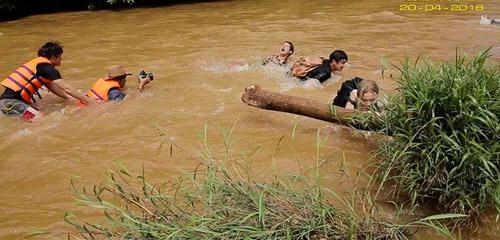 Nước chảy mạnh và đất đá gồ ghề khiến dàn diễn viên lao đao.