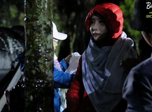 Hot girl Thái Lan thẫn thờ sau cảnh quay vì quá lạnh.