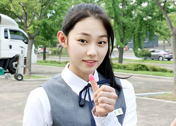 Nữ sinh Hàn xa lánh bạn bè vì không makeup khi đi học - 1