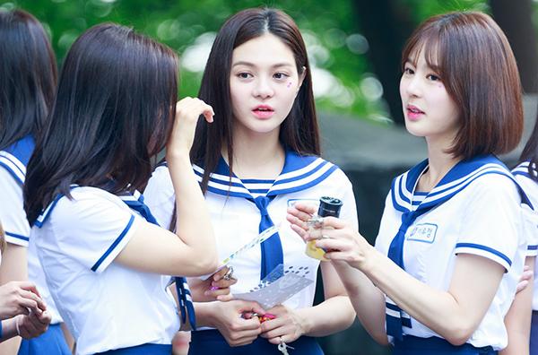 Nữ sinh Hàn xa lánh bạn bè vì không makeup khi đi học