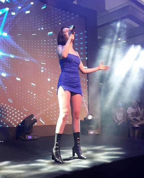 Những bộ váy của sao Việt ngắn đến mức khiến khán giả nơm nớp
