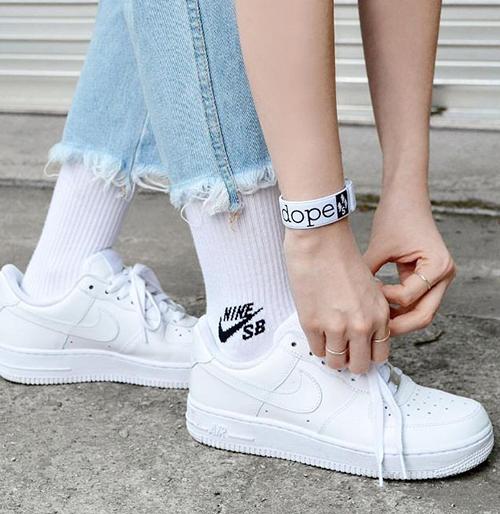 3 đôi sneakers trắng tinh nhìn là muốn sắm ngay vào tủ giày - 3
