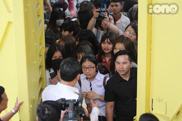 Fan vây kín cổng SVĐ Hàng Đẫy cả tiếng để hóng Xuân Trường, Công Phượng - 8