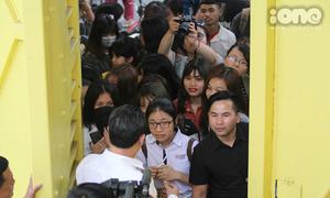 Fan vây kín cổng SVĐ Hàng Đẫy để 'hóng' Xuân Trường, Công Phượng