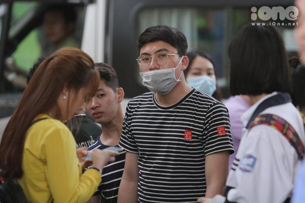 Fan vây kín cổng SVĐ Hàng Đẫy cả tiếng để hóng Xuân Trường, Công Phượng - 1