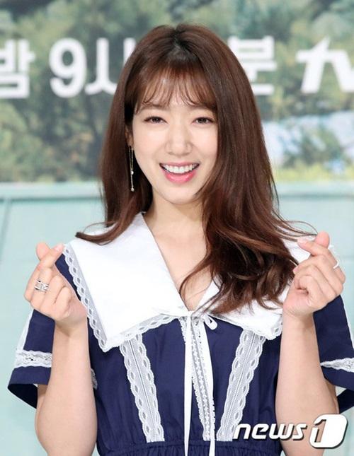 Nữ diễn viên không chia sẻ gì về chuyện tình cảm trong buổi họp báo. Cô liên tục nở nụ cười rạng rỡ, bắn tim trước ống kính.