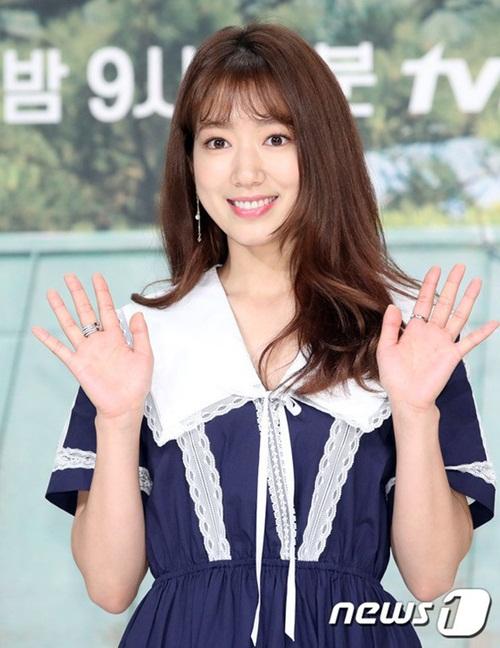 Nữ diễn viên 9x đang cân nhắc nhận vai chính trong bộ phim mới của đài tvN Memories of Alhambra. Nếu nhận lời, Park Shin Hye sẽ đóng cặp với Hyun Bin.