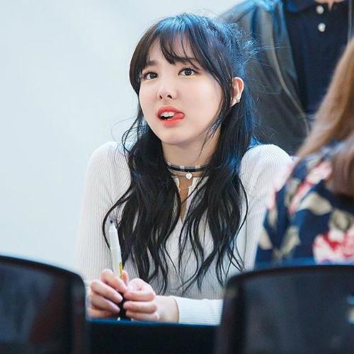 Thỉnh thoảng Na Yeon liếm khóe môi một cách vô thức.