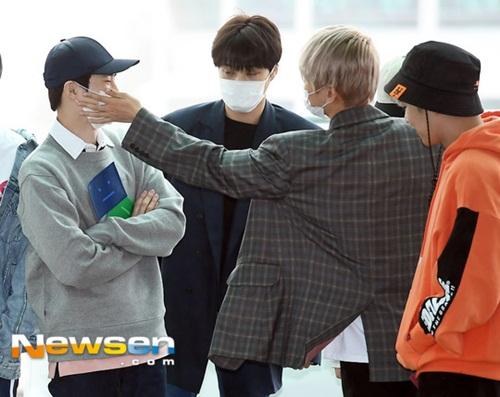 Baek Hyun trêu chọc, vuốt má đội trưởng Suho.