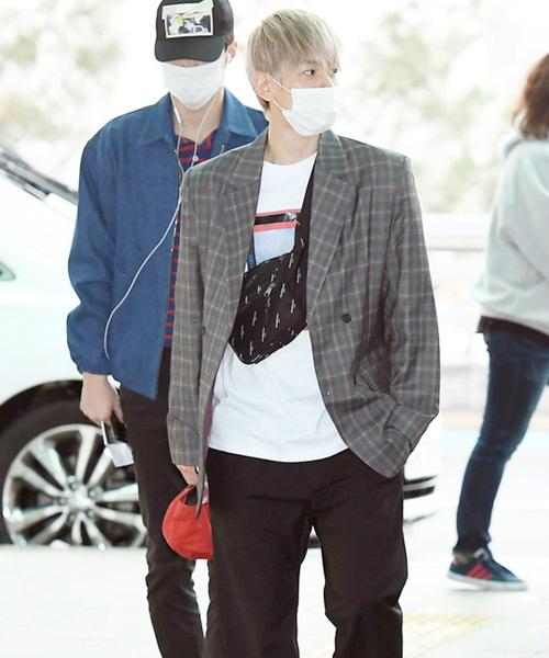 Phụ kiện yêu thích của Baek Hyun là túi Fanny Pack, item gây sốt trong làng thời trang thế giới thời gian qua.