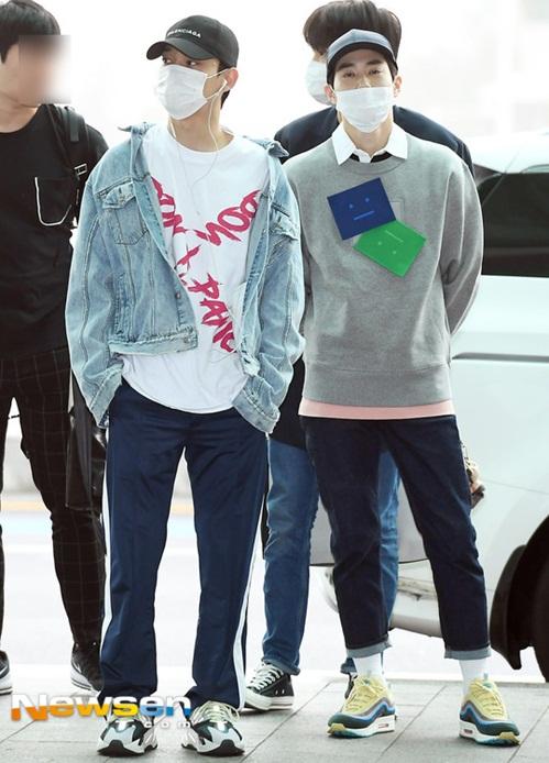 EXO luôn trung thành với những trang phục thể thao và khẩu trang che kín mít khi ra sân bay.