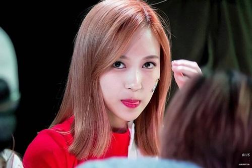 Mina khi thì gợi cảm, khi lại cực đáng yêu với động tác liếm môi.