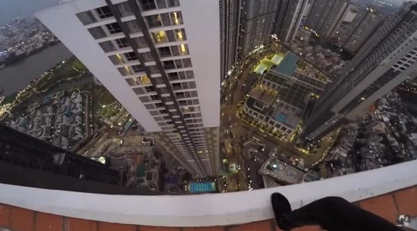 Hình ảnh gây đau tim của nam thanh niên leo tòa nhà cao tầng để check-in.