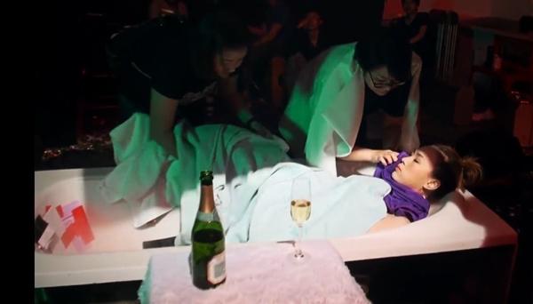 Hậu trường cảnh Mỹ Tâm nằm bồn tắm trong MV triệu view khiến fan xót - 1