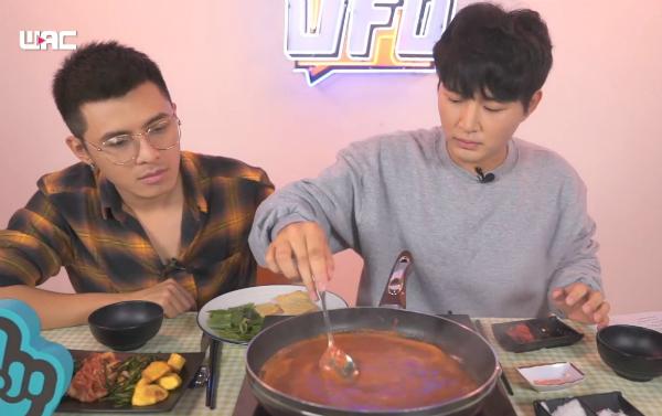 Sau màn chia sẻ, Woossi giới thiệu cách nấu món Tokbokki củaHàn Quốc với Gin Tuấn Kiệt. Mặc dù chưa từng thử nấu món ăn nay nhưng Gin cho biết nó khá đơn giản và anh có thể tự làm khi ở nhà theo cách Woossi hướng dẫn.