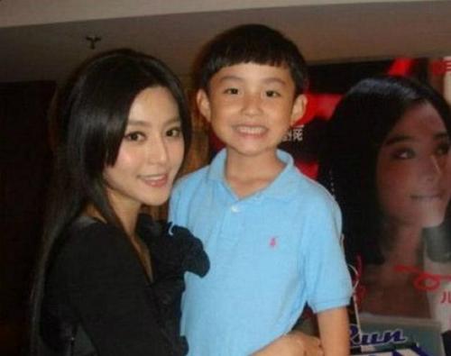 Phạm Thừa Thừa sinh 16/6/2000 tại Thanh Đảo, Trung Quốc. Trước khi chính thức bước chân vào showbiz Hoa ngữ, anh chàng đã sớm nổi tiếng với tư cách là em ruột của nữ hoàng giải trí Phạm Băng Băng.