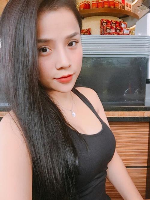 Không chỉ sở hữu gương mặt xinh, đôi mắt to tròn và nụ cười dễ thương, bạn gái của thủ thành Lâm Tây còn có thân hình gợi cảm với đôi gò bồng đảo căng đầy.