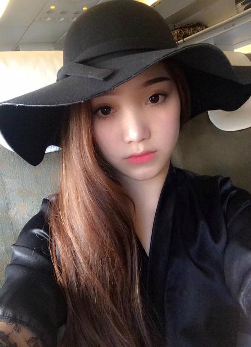 Phùng Bảo Trân, sinh năm 1995, là bạn gái của cầu thủ Văn Thanh. Hiện người đẹp đang sinh sống ở Pleiku, cũng là nơi Văn Thanh đang thi đấu cho CLB HAGL.