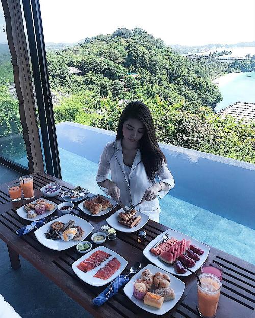 Một bữa ăn được bầy biện cầu kỳ của Jolie Nguyễn trong resort đắt đỏ ở Thái Lan.