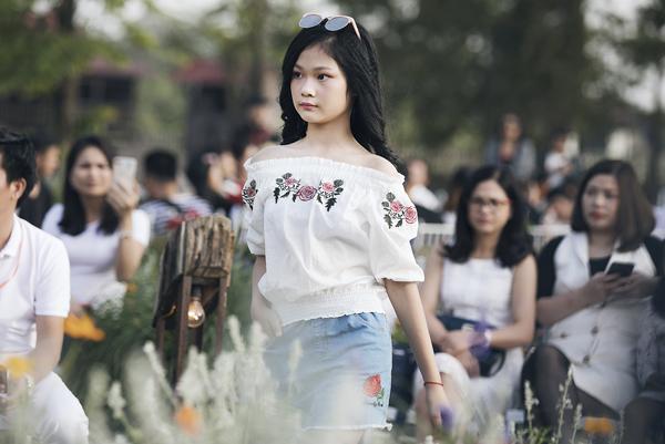 Hai chân dài nhí hot nhất Việt Nam khoe vẻ sang chảnh như hoa hậu - 1