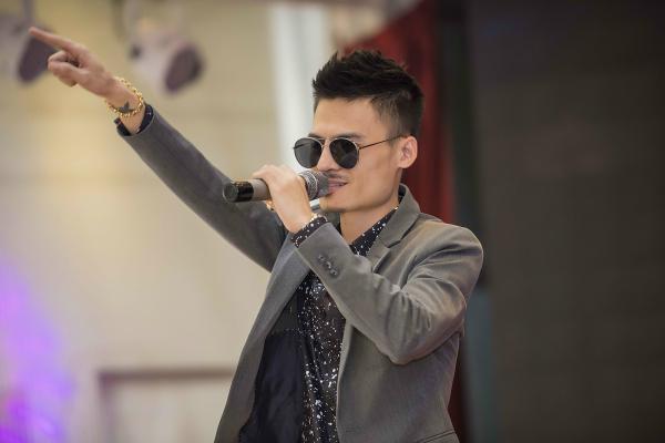 Hiện tượng mạng Hoa Vinh được fan vây kín trong buổi gặp mặt - 5