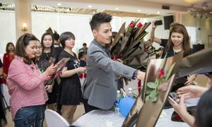 'Hiện tượng mạng' Hoa Vinh vừa nổi tiếng đã được fan vây kín