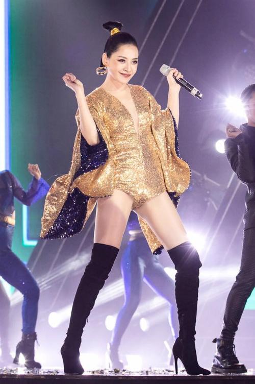 Chi Pu khoe vũ đạo trên sân khấu.