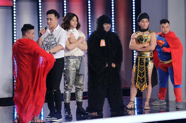Trấn Thành bị thi sinh ve vãn trên sân khấu.