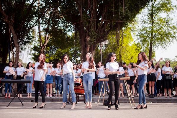 Dàn nữ sinh HV Âm nhạc Quốc gia khoe tài sắc tại phố đi bộ Hồ Gươm