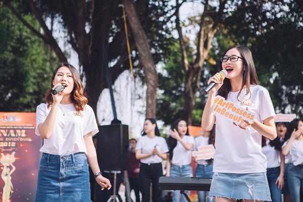 Dàn nữ sinh HV Âm nhạc Quốc gia khoe tài sắc tại phố đi bộ Hồ Gươm - 3