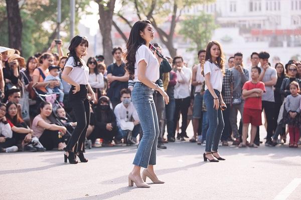 Dàn nữ sinh HV Âm nhạc Quốc gia khoe tài sắc tại phố đi bộ Hồ Gươm - 7