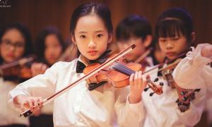 'Tiểu Châu Tấn' chơi đàn violin xinh như thiên thần