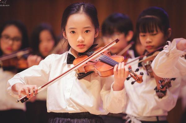 Tiểu Châu Tấn xinh như thiên thần khi biểu diễn violin