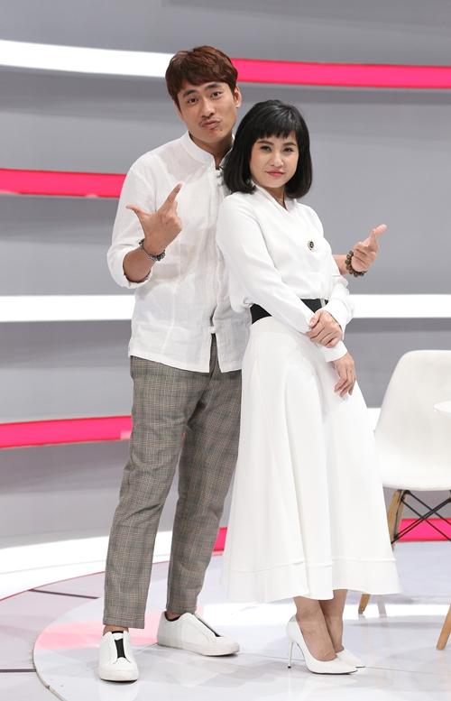Kiều Minh Tuấn - Cát Phượng tham gia gameshow.