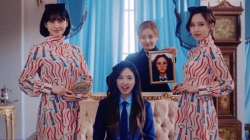 Trong MV, Na Yeon vào vai một nữ sinh trung học có ngoại hình quê mùa được lột xác, xuất hiện những nhân vật hoàng gia giúp cô nàng làm tóc, trang điểm