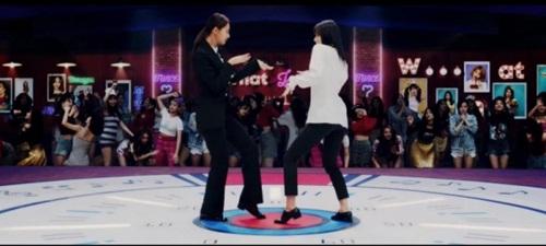 Sana và Tzuyu có màn nhảy đối đầu khá thú vị. Em út của Twice khí chất ngời ngời khi mặc vest,