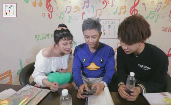 Cả ba có những giây phút không thể nhịn được cười khi chế lời bài hát Bang Bang Bang của nhóm nhạc nổi tiếng Hàn Quốc - Big Bang.