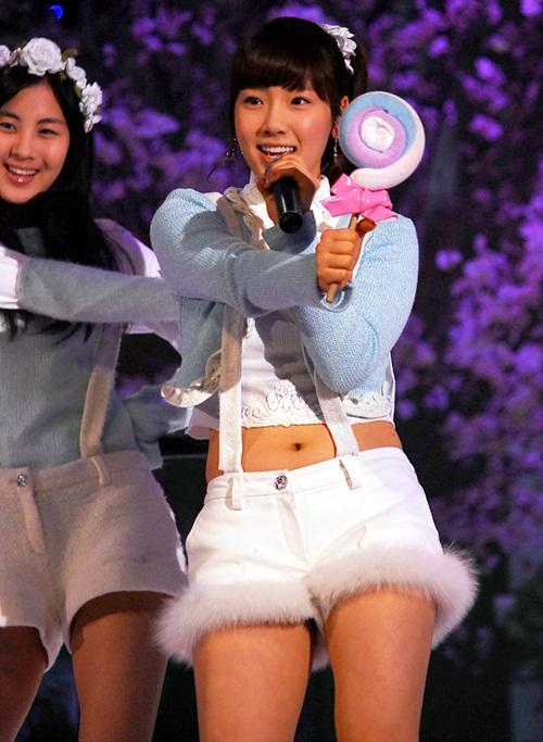 Khi mới debut, Tae Yeon còn là một cô bé với thân hình hơi tròn. Khi mặc áo ngắn, trưởng nhóm SNSD lộ bụng mỡ, vòng eo không săn chắc.