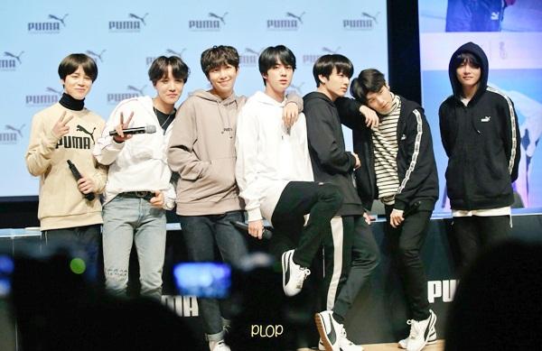 BTS vừa tổ chức một buổi ký tặng. Đây là lần đầu tiên nhóm xuất hiện với đồng phục tóc đen. 7 chàng trai chọn trang phục năng động, trang điểm nhẹ, khiến các fan nữ nhớ đến hình tượng bạn trai lý tưởng.