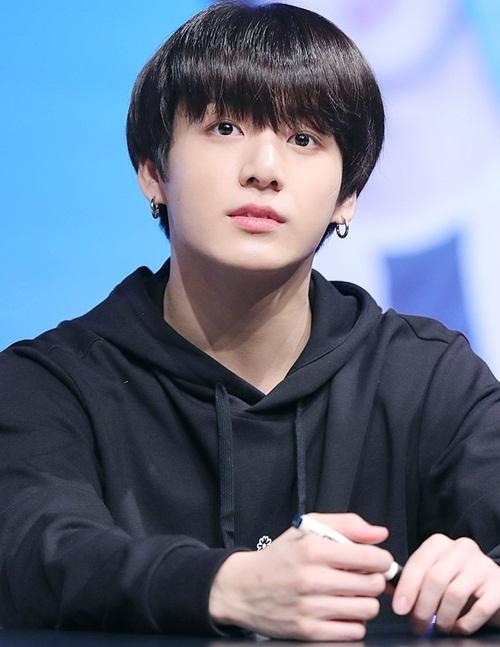 Jung Kook gần như không tạo kiểu tóc, không make up. Em út của BTS lộ nét ngây thơ trong sự kiện.