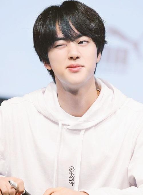 Jin nhuộm tóc đen, mặc áo hoodie trắng đơn giản đúng chuẩn hình mẫu bạn trai.