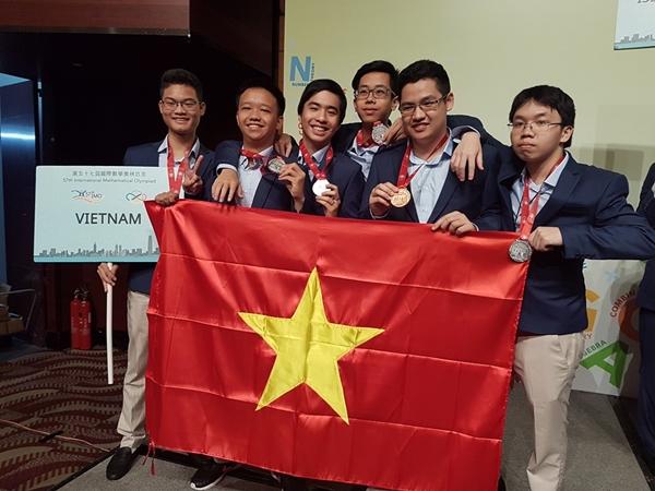 Đức Tài cùng đội tuyển Việt Nam tại kỳ thi Toán Quốc tế 2016.
